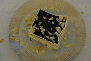 Десерт-мороженое с черникой и белым шоколадом: пальчики оближешь