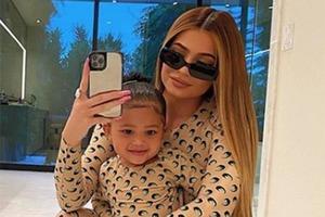Модный тренд выглядит очень мило: звезды шоу-бизнеса одеваются с дочками в одинаковые наряды (фото)