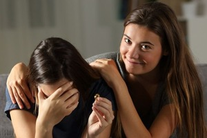 Вы расстраиваетесь из-за успеха друзей и любите поговорить о себе: понять, что вы токсичный друг, не сложно
