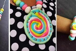 На радость маленьким модницам: как сделать съедобные браслетики и ожерелья из зефирной помадки