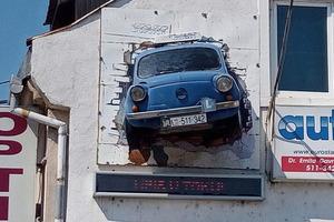 Автошкола в Сербии: культовый автомобиль Zastava 750 на фасаде здания, а номер телефона написан на номерном знаке машины