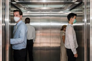 Ученые подсчитали вероятность заражения коронавирусом в лифте. О чем нужно позаботиться, если нет возможности подняться пешком