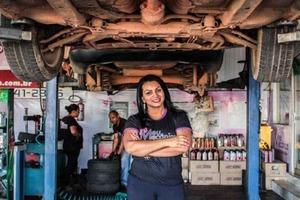 Женщина 12 лет проработала автомехаником, а теперь открыла автомастерскую с низкими ценами для женщин
