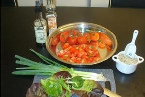 Мой любимый салат из чесночных сухариков, помидоров черри и салата