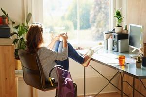Одиноко и трудно найти мотивацию: почему работа из дома подходит не для всех и как компании находят решение этой проблемы