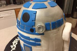 """Для фанатов """"Звездных войн"""": увлекательная сборка торта по мотивам любимого фильма"""