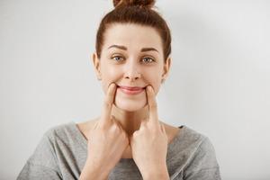 Улыбайтесь чаще: исследование показывает, что из-за активности лицевых мышц мы воспринимаем мир более позитивно