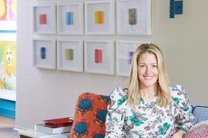 Яркие цвета, поп-арт и игривые принты гармонично сочетаются в этом интерьере дома: фото