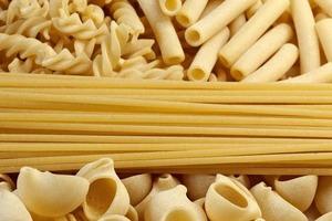 Продукты и специи, которые необходимо иметь в кладовой: морская соль, перец и оливковое масло