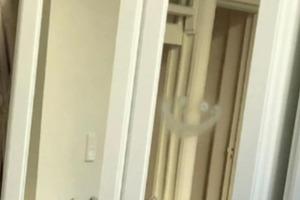 Девушка заметила нарисованный смайлик на своем зеркале. Теперь она ведет дневник уборки