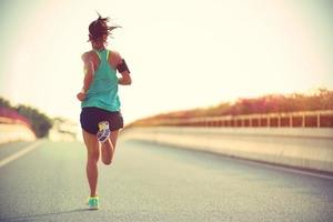 Что лучше, пробежка на улице или по дорожке в спортзале? Есть за и против в отношении потери веса и пользы