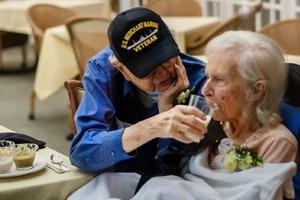 Дедушка не смог расстаться с любимой женой даже на время и переехал в дом престарелых, чтобы самому ухаживать за ней