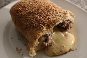 Разрезаю - вытекает нежнейший сыр: на обед приготовила очень вкусный мясной рулет, завернутый в тесто