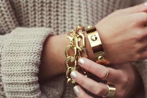 Тренды на украшения, которые перешли на этот сезон: громоздкие цепочки и коктейльные кольца все еще в моде