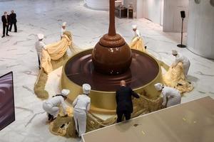 Самый большой шоколадный фонтан высотой 9 метров открылся в Швейцарии. 1500 литров настоящего шоколада стекает на конфетку Lindor