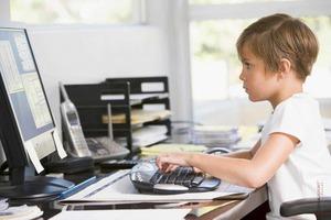 Мы с вами не единственные, кто часами сидит перед экраном компьютера: детям тоже нужна эргономика рабочего пространства. Несколько советов р