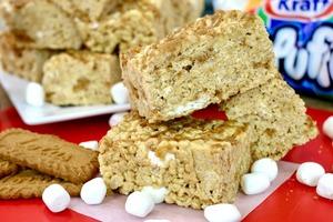 Приготовление батончиков из печенья, рисовых хлопьев и мини-зефира для отпетых сладкоежек
