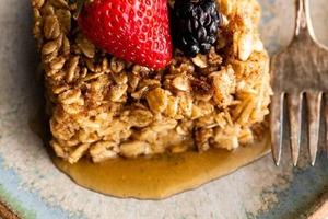 Часто делаю этот полезный, вкусный и сытный завтрак: запеченная овсянка с корицей и яблочным пюре