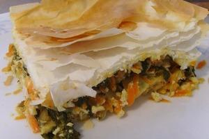 Листовую капусту смешиваю с сыром, овощами и запекаю под слоеным тестом: получается очень вкусный и сочный пирог