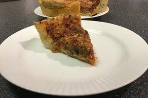 Сытный пирог с фермерскими колбасками, сыром и тушеными овощами: получается ну очень вкусно (рецепт из Чикаго)