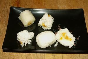 Роллы можно кушать даже на десерт: из риса и сушеного манго приготовила сытное лакомство