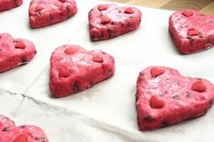 Любимого решила порадовать милым печеньем: приготовила его в виде розовых сердечек