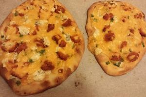 Часто готовлю для посиделок с друзьями свою фирменную пиццу с наггетсами и голубым сыром: у меня она всегда получается очень сочной и вкусно