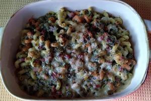 Разноцветные макароны готовлю с зеленью, ветчиной и сыром: получается очень яркое и сытное блюдо