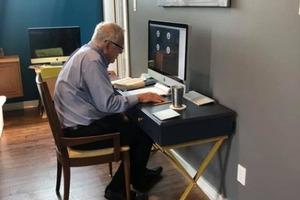 Несмотря на свой почтенный возраст – 91 год, профессор английского языка осваивает интернет, чтобы продолжать обучать своих студентов