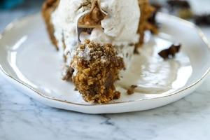 Сезонный рецепт: тыквенный кекс с шариком мороженого