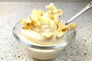 Замороженный йогурт с попкорном: простой рецепт оригинальной закуски