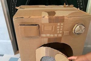 Девушка делает картонные копии бытовой техники, чтобы научить своих маленьких детей пользоваться ею