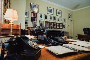 Картины Уинстона Черчилля выставлены в его мастерской вместе с коллекцией книг с надписями, медальонами, подарками и наградами
