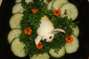 """Праздничный стол украшаю """"кроликом на лужайке"""": из яйца и огурцов готовлю забавную композицию"""