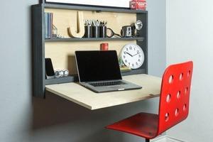Для рабочего места в спальне не хватало места, и мы придумали подвесной стол. Его можно сложить и за минуту разложить в любой момент
