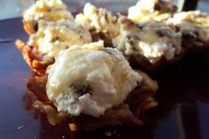 Ароматная закуска с нежным сыром: рикотту смешиваю с финиками и кладу на жареный бекон