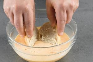 Пропитываем булочки заливкой, добавляем курицу и бекон: простой рецепт