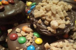 Шоколадное печенье с арахисовым маслом и шоколадными орехами за час: порадуйте детей вкусным десертом