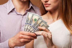 Пренебрег отцовскими обязанностями? Мужчина вложил в бизнес своей молодой жены деньги, которые они с первой супругой копили на образование д