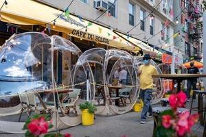 """Ресторан в Нью-Йорке приглашает гостей отобедать в """"космических пузырях"""" на открытом воздухе"""