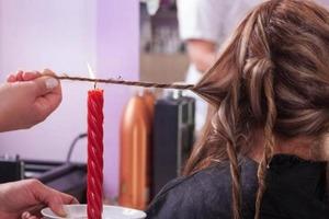 Все ради красоты: почему девушки испокон веков обжигают волосы огнем