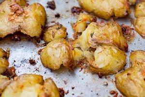 """Практически """"в мундире"""", но гораздо лучше: хрустящий толченный картофель в маслянистой подливе, запеченный в духовке"""