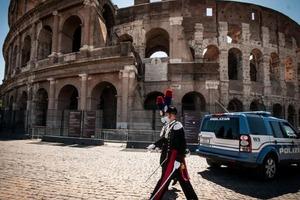 В Риме задержали ирландского туриста, который написал свои инициалы на стенах Колизея. Власти страны вправе наказать вандала