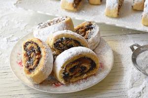 В рулет с сухофруктами и орехами всегда добавляю цукаты из апельсиновых корок: сколько ни сделаю десерта, все мало