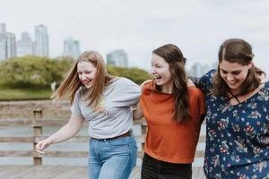Дело - в общении: ученые выяснили, почему людям в компании друзей веселее, чем в семейном кругу