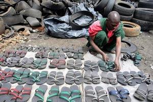 Обул всю деревню, разбогател и стал завидным женихом: африканский парень построил бизнес на старых шинах