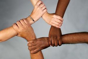 Ученые объяснили, почему в ходе эволюции у людей возникла кожа разного цвета