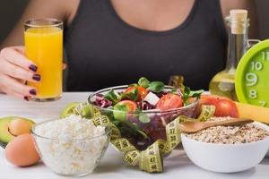 Диетологи рассказали, почему на завтрак можно сладкое и нельзя свежевыжатый сок