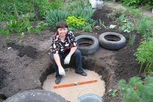 Женщина закопала в саду три ненужные шины. В итоге на результат ее работы пришли посмотреть все соседи