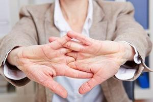 """Для любителей хрустеть костяшками пальцев: так ли вредно """"ломать"""" суставы, как кажется"""